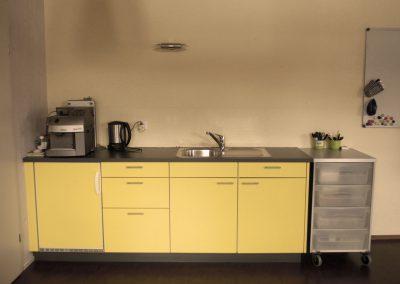 Küchenzeile mit Kühlschrank und Kaffeemaschine